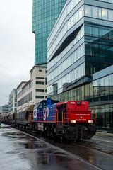 Shunting the mill: blue, red, green(1/5) (jaeschol) Tags: switzerland railway fujifilm locomotive zrich ch kreis5 shunter diesellocomotive hardbruecke kantonzrich stadtzrich swissmill dieselhydrauliclocomotive am843 x100s shuntingzrich am843095