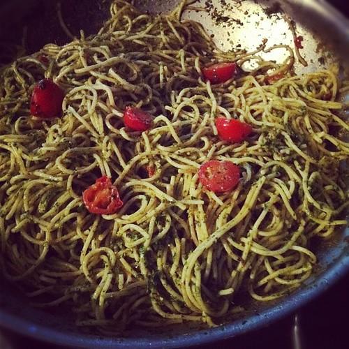 Spaghetti met kerstomaten en pesto (achtig)