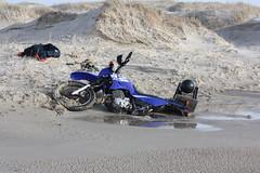 Vlieland - Vliehors - XT600e jutbrommer in het drijfzand (Dirk Bruin) Tags: xt vlieland sand stuck yamaha groningen vast quicksand drijfzand xt600e voertuig vliehors xt600 marnixbruin