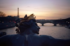 Nymphe de la Seine (philoufr) Tags: bridge sunset paris statue seine river eiffeltower rivière toureiffel coucherdesoleil olympusxa fleuve pontalexandreiii kodakektar100 epsonperfectionv500photo