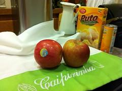Two Fuji apples (Paul Beppler) Tags: food apple kitchen table essen fuji comida appel pantry küche tisch apfel mesa cozinha caipirinha cachaça maçã condimentos dispensa kiche speisekammer kich küch eppel cachass kachass rumpelzimmer cachasse kachasse