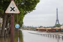 Cross Roads (Not-the-average-Joe) Tags: signs paris france mississippi eiffeltower floods overflow crue riverseine euro2016