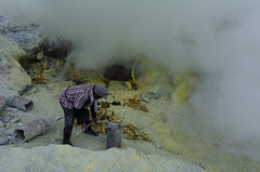 Breaking up the lumps of sulphur (JohnMawer) Tags: indonesia volcano java jawatimur ijen sempol