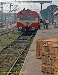Packing Cases, People and a Power Car (Don Gatehouse) Tags: india punjab amritsar indianrailways northernrailway 11009 train5abp2pathankot