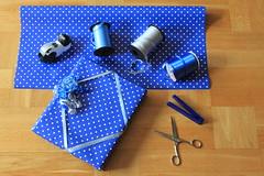 Prickigt papper (auzgos) Tags: sax katt blått tejp snöre prickig presentpapper presentsnöre fotosondag tejphållare fs120429 strimlare bandstrimlare