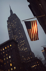 (FLAG) Five views of the Empire State Building 5/5 (Alberto Sen (www.albertosen.es)) Tags: new york building nikon state flag alberto empire bandera nueva sen estados eeuu unidos albertorg albertosen