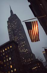 (FLAG) Five views of the Empire State Building 5/5 (Alberto Sen (www.albertosen.es)) Tags: new york building nikon state flag alberto empire bandera nueva sen estados eeuu unidos albertorg albertosen