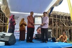 penyerahan Plakat kepada yang mewakafkan tanah oleh pk. sobirin (flickr.rumahzakat) Tags: zakat pekanbaru wakaf rumahzakat smpjuara