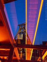 Strzende Linien / Converging lines (photodesignette) Tags: frderturm spiegelung zollverein nachtaufnahme rolltreppe industriekultur