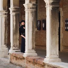 Girl in black (Raymond Kuilboer) Tags: girl female black posing venetie venezia venice fotoshoot