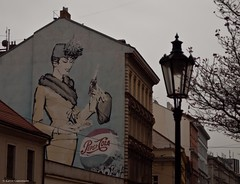 Pepsi Cola (katrin glaesmann) Tags: hat lady oldstyle prague coat prag praha tschechien unescoworldheritagesite czechrepublic werbung handbag unescowelterbe fassadenmalerei