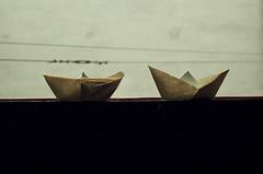 Dos vaixells de paper (aqunovendenpatatasonduladas) Tags: deutschland zimmer grau karlsruhe schiffe mauer kabel hinterhof badenwrttemberg vaixells papierschiffe