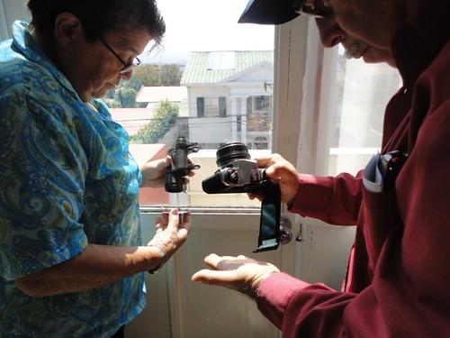 Inspeccionamos cámaras y lentes viejos para reutilizarlos para proyectar el sol