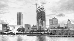 Milwaukee Art Museum with Skyline (Madison Guy) Tags: bw milwaukeeartmuseum milwaukee mam wi santiagocalatrava lakefront