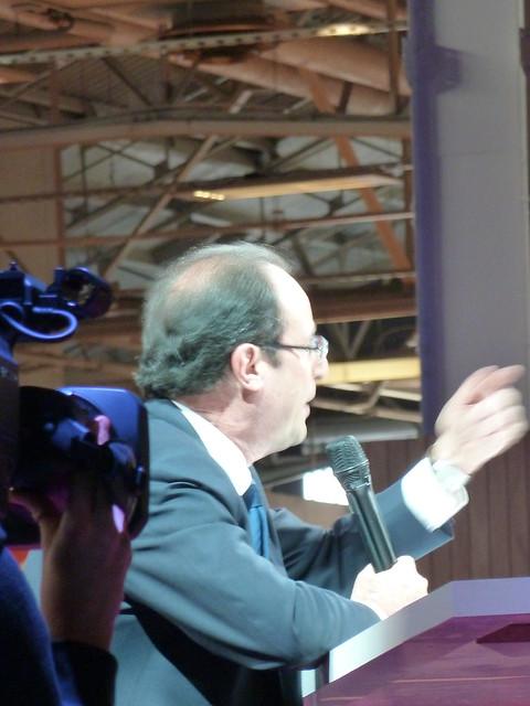 """François Hollande signe le """"contrat social"""" de la Fondation Abbé-Pierre"""