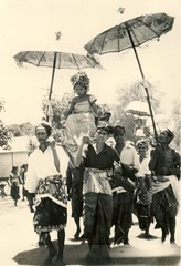 Balinese ceremony (Underground PFV Uitgeverij) Tags: people bali history indonesia asia southeastasia ceremony culture hinduism 1939 nederlandsindi traditionalcostumes dutcheastindies