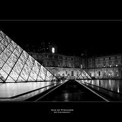 Duo de Pyramides (Guillaume Chanson) Tags: bw paris france night canon pose ledefrance noiretblanc louvre duo nb exposition 75 nuit pyramide blanckandwhite longue canoneos450d