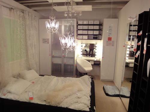 フェミニンでモノトーンなベッドルームと題した写真