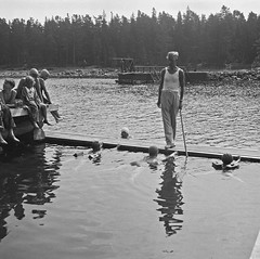 Simskola (Lnsmuseet Gvleborg) Tags: girls blackandwhite bw man boys swim vintage seaside bad bathing dip strandbad 1937 svartvitt pojkar flickor sandvik havsbad dopp badplats simskola swimcourse furuviksparken beachgoing simtur badstlle