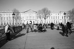 (24) Ya su silueta delgada se inscriba en el Pont des Arts (girl-from-ipanema) Tags: paris france luca 24 francia fantasmas juliocortzar pontdesarts rayuela rituales lamaga lepontdesarts 24defebrero horaciooliveira
