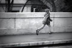 Running home (b/w version) (Time.Captured.) Tags: bw evening abend citylife streetphotography running contax sw bern dämmerung abendstimmung g90 kantonbern contaxg90
