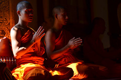 The Bhuddist prayers (Alexandre Moreau | Photography) Tags: light orange thailand temple nikon praying young monks wat prayers d7000
