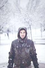 (Luis Hernandez - D2k6.es) Tags: boy portrait snow blanco azul canon 50mm dof gorro retrato nieve 14 colores desenfoque contraste invierno chico frio tio nevando enfoqeu