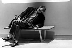 Et il dort au centre Pompidou... (Paolo Pizzimenti) Tags: paris film paolo olympus dxo centrepompidou sdf zuiko ronis homme argentique clochard e5