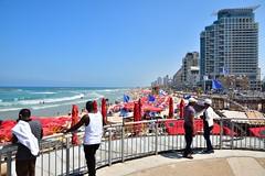 Tel Aviv beach (Pantchoa) Tags: isral telaviv plage tours mer mdirerrane vagues extrieur royalbeach bananabeach parasols hommes nikon d7100 1685mm f3556 immeublesmodernes 16mm keremhateimanim architecture immeuble yomaatsmaout  jourdelindpendance moyenorient