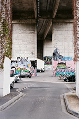 Sans titre (Ccile Jaillard) Tags: road street city bridge houses boy portrait people sun france girl analog canon person 50mm soleil friend ae1 pont canonae1 t rue ville argentique poitiers