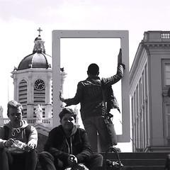 Bruxelles plein cadre (_ Adle _) Tags: blackandwhite bw pose soleil noiretblanc bruxelles nb aprsmidi cadre tranquille montdesarts garons touristes pleincadre