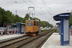 Die neue Haltestelle Hanauer Strae inmitten der Dachauer Strae ist schon fr die knftigen Doppeltraktionen ausgelegt. Fk-Wagen 2942 durchfhrt die neue Haltestelle stadteinwrts (Frederik Buchleitner) Tags: 2942 abnahmefahrt arbeitswagen fahrdrahtkontrollwagen fahrleitungskontrollwagen fkwagen munich mnchen strasenbahn streetcar tram trambahn