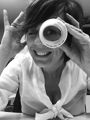 Buttiamola sul ridere!! ((Raffaella@)) Tags: biancoenero autoscatto selfie monocrome ironia