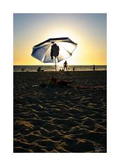 Playeando... (ngel mateo) Tags: espaa sun sol umbrella contraluz andaluca spain sand playa arena backlit andalusia cdiz sombrilla playadelabarrosa ngelmartnmateo ngelmateo