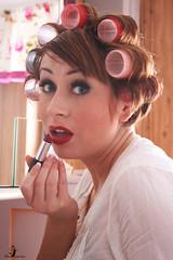 ...bin gleich fertig Schatz! (Schneeglckchen-Photographie) Tags: lippenstift lockenwickler