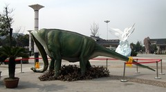 DSCF1512 (Micah in China) Tags: china broken neck sad dinosaur poor  bent pathetic jiangsu peoplesrepublicofchina sauropod brachiosaurus mudu jiangsuprovince flopped