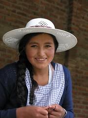 Smiling girl - Muchacha risuea entre Totora and Cochabamba, Bolivia (Lon&Queta) Tags: people 2004 latinamerica portraits flickr pretty native hats bolivia bol cochabamba gpsapproximate