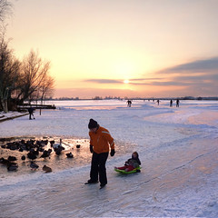 Skating Mom pulling daughter in sled home before supper (Bn) Tags: winter sunset orange sun snow playing cold holland ice boys netherlands colors dutch birds mom geotagged swan zonsondergang topf50 child hole horizon skating daughter hans freezing 7 nostalgic sled sleigh zon kerk skates ae graden colder sledge waterland slee kou ijs weer koud monnickendam holysloot hendrick brinker elfstedentocht broek tafereel wak koek ransdorp 50faves vriezen natuurijs zuiderwoude weilanden uitdam buikslotermeer avercamp zopie ijzers hockeyen avercamps geo:lon=5032388 geo:lat=52432232