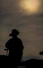 Pilote de l'Ombre (Frdric Fossard) Tags: texture silhouette sport alpes soleil grain ciel nuage contrejour parapente pilote casque abstrait hautesavoie vollibre samons parapentiste soleilvoil chardonnire