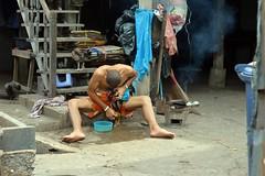 giving his chicken a sponge bath (the foreign photographer - ) Tags: man chicken stairs thailand wooden nikon bath bangkok cock fighting sponge khlong bangkhen thanon d3200