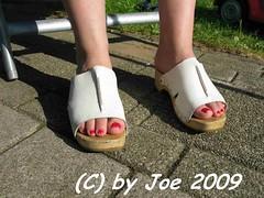 IMG_4674 (Bluemscher) Tags: feet girl beautiful clogs frau mules fuss woodenshoes klompen sabots zoccoli klogs holzschuh huebsche berkemann clox holzclogs klox kloks zoggeli tffler toeffler walkonwood