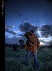 Buscando la luz (Brian T.) Tags: viaje cloud naturaleza man green luz umbrella canon nikon nubes chase campo buscando cto sb24 strobist yn460 t1i