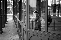 Mi-figue, mi-raisin... (Vincent Montibus) Tags: street leica old portrait woman bus home analog zeiss 35mm diy kodak c femme trix streetphotography busstop 400 portraiture carl kodaktrix 135 78 ilford m6 vieille argentique m6ttl 400iso leicam6 tlphone 800iso biogon kodaktrix400 photoderue arrtdebus lc29 24x36 leicam6ttl pushprocessing pousse f28kodak f28carl