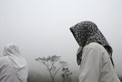 Meninas na neblina/ Girls in the mist (Lucille Kanzawa) Tags: comunidade yuba comunidadeyuba
