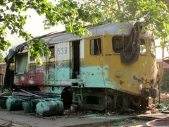 SRT Davenport 539 with overspray. Locos are painted in this area. Not the best photo but difficult to get a good shot in this part of the yard. (Barang Shkoot) Tags: abandoned asia state bangkok bobo engine loco iowa caterpillar thai locomotive davenport siam railways derelict bkk export srt rsr 539 rotfai