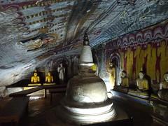 Cave temple, Dambulla (Ronald van Beuningen) Tags: vakantie srilanka goldentemple dambulla cavetemple goudentempel rotstempel
