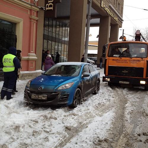 К приезду Собянина в Газету.Ру с Малой Дмитровки эвакуируют всех не вовремя припарковавшихся