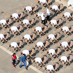 Waiters waiting (arndt_100) Tags: italien venice urban italy square streetphotography stadt tables venedig waiter kellner