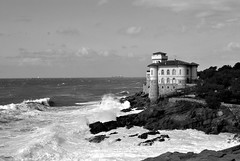 into the wind (Claudia Gaiotto) Tags: sea bw castle monochrome mare waves wind bn libeccio
