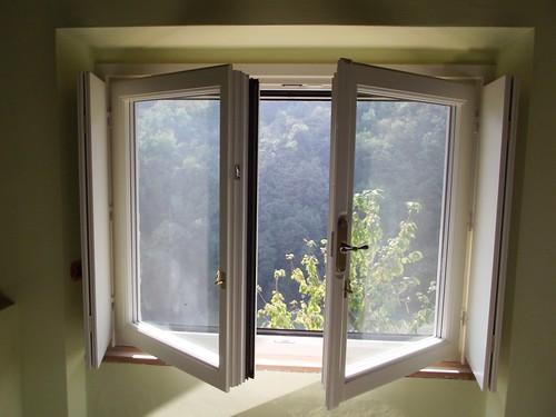 Una finestra DUO Legno-Alluminio Linea Opera